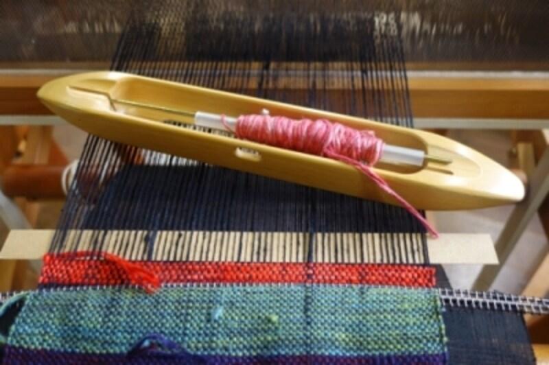 この舟のような道具に糸をセットし、右左へ行ったり来たり動かします。