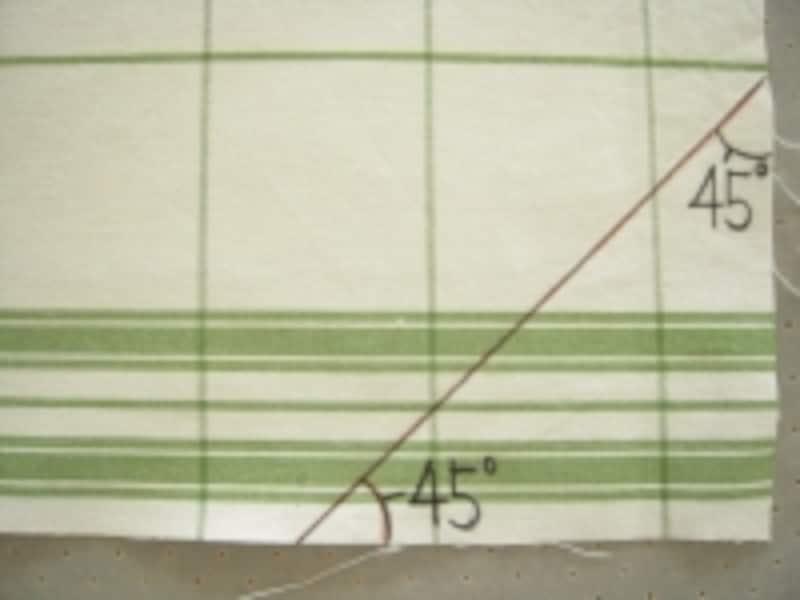 正方形を対角線で折った角度が45度。分度器で計らなくても、布の角を折ってみても