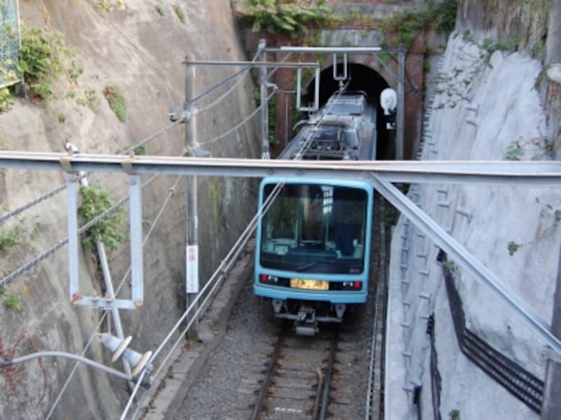 江ノ電で唯一のトンネル「極楽寺洞」