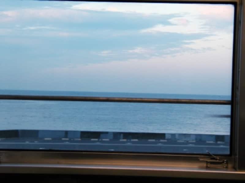 江ノ電の車窓に広がる大海原
