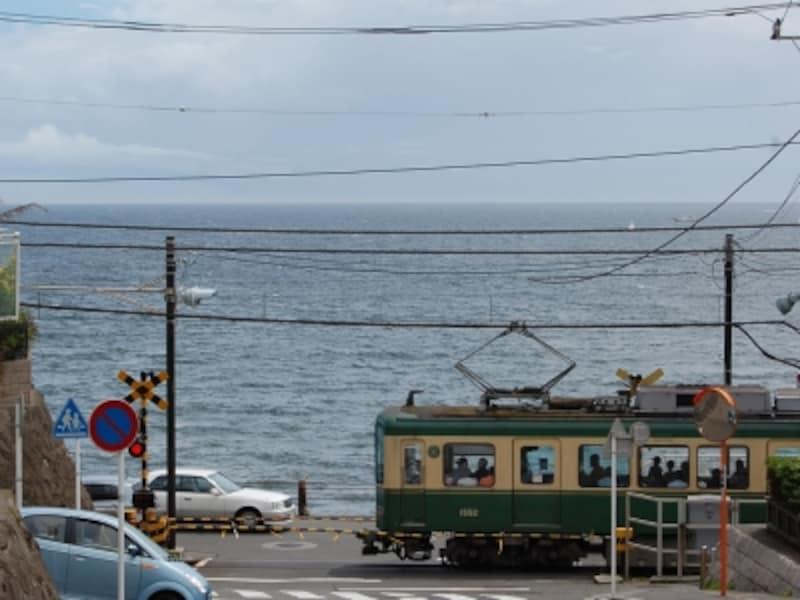 海辺の景色の中を走る江ノ電
