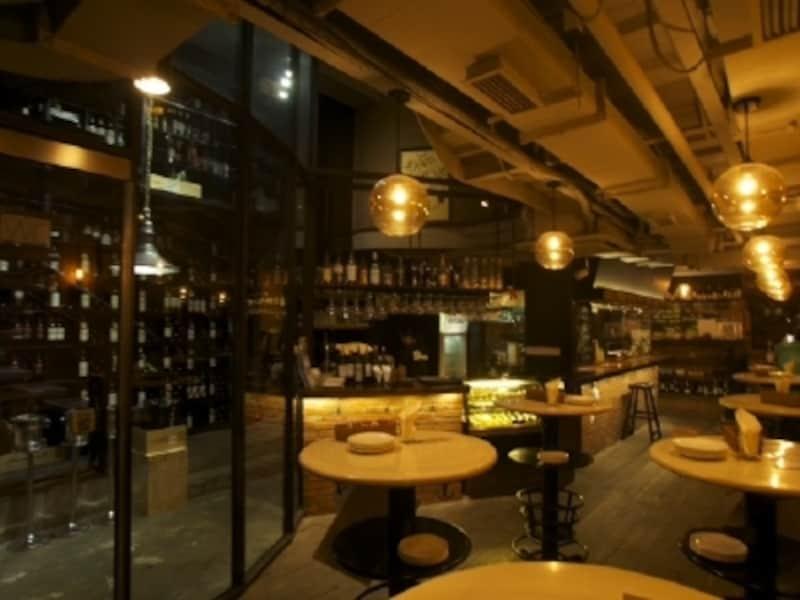 天井も高く、ゆったりとワインを楽しめるカジュアルな空間。