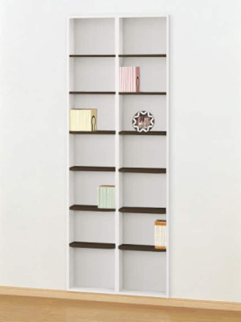 棚材の色によってもイメージは変わるもの。床や壁とのコーディネートに配慮してプランニングを。[壁厚収納 カベピタ書棚] DAIKENhttps://www.daiken.jp/