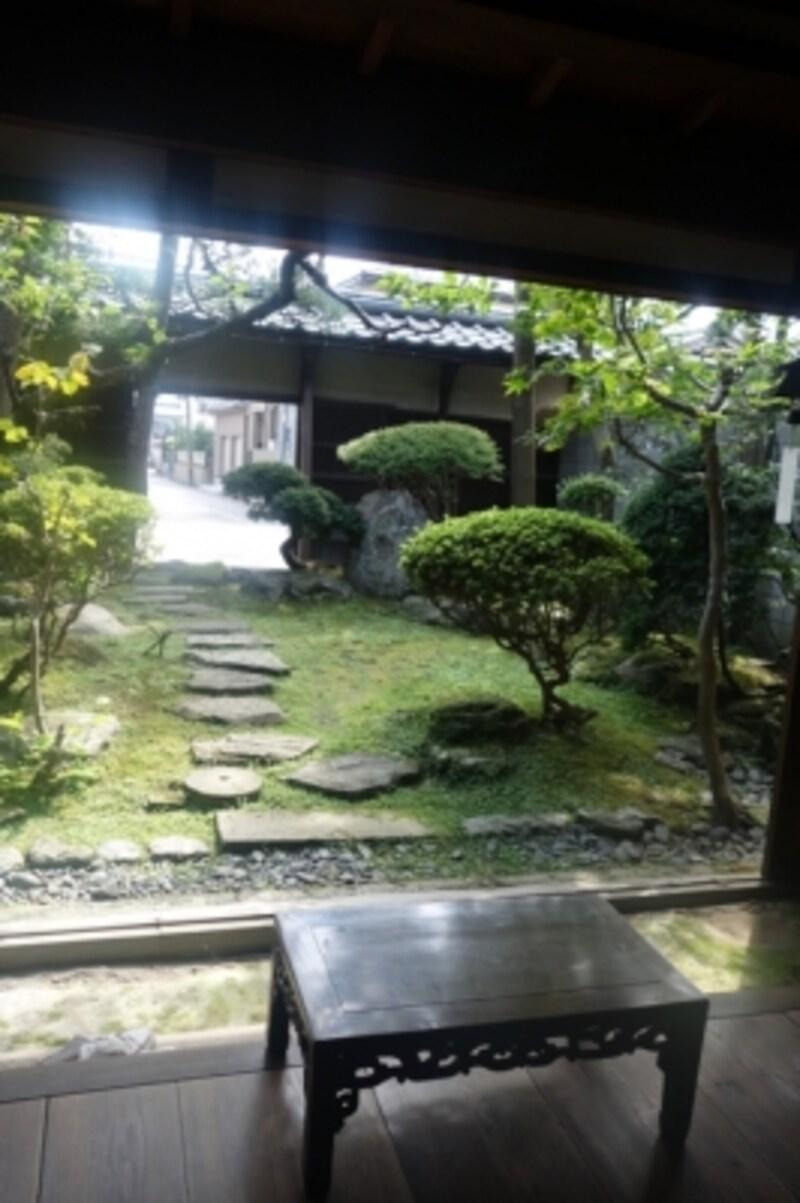 玉川堂建物内部。入ってすぐの畳部屋から庭が眺められます。