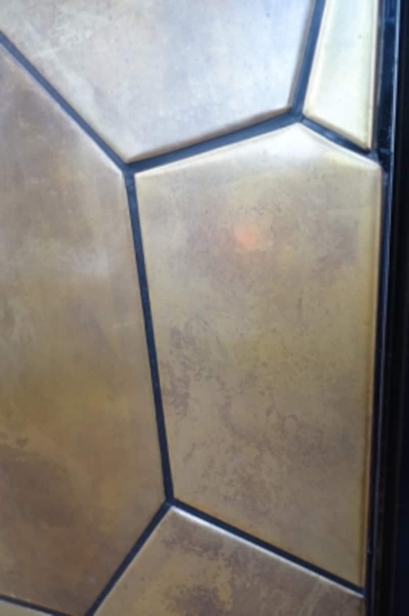 エントランスの壁は本物の銅製です。今はピカピカですが、だんだんと鈍い輝きに変わっていくのも楽しみだそうです。