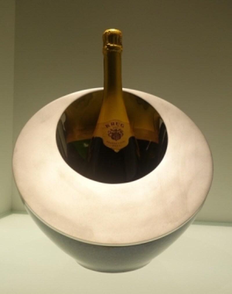 違素材とのコラボも。こちらは鋳物技術を駆使したステンレスと融合。花器やワインクーラーとして活用できるオブジェのような工芸品。