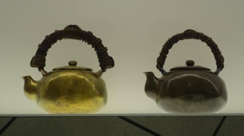 新品のやかん(左)と40年を超えたやかん(右)。