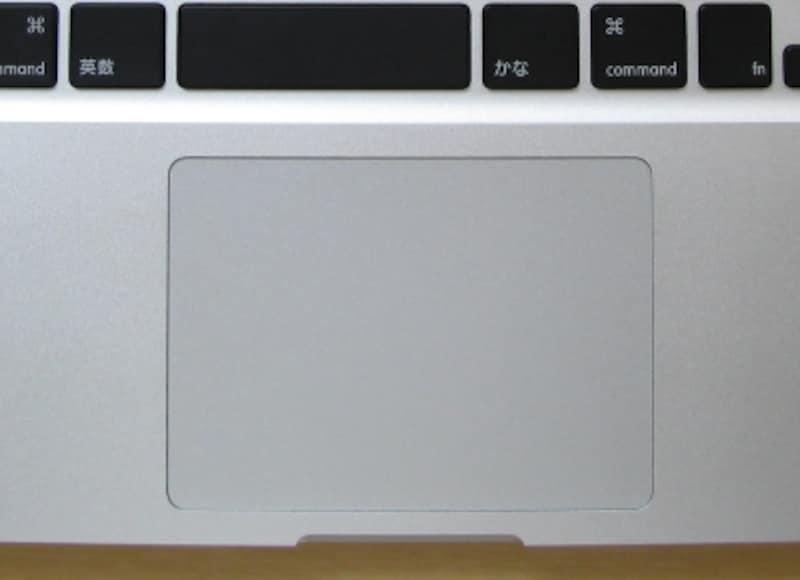 写真は13インチモデルのもの、15インチや17インチではキーボードとの距離が若干広くなります(クリックで拡大)
