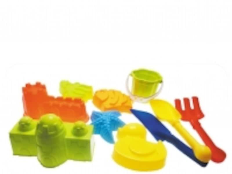 サンドテーブルには砂遊び道具がセットになっています