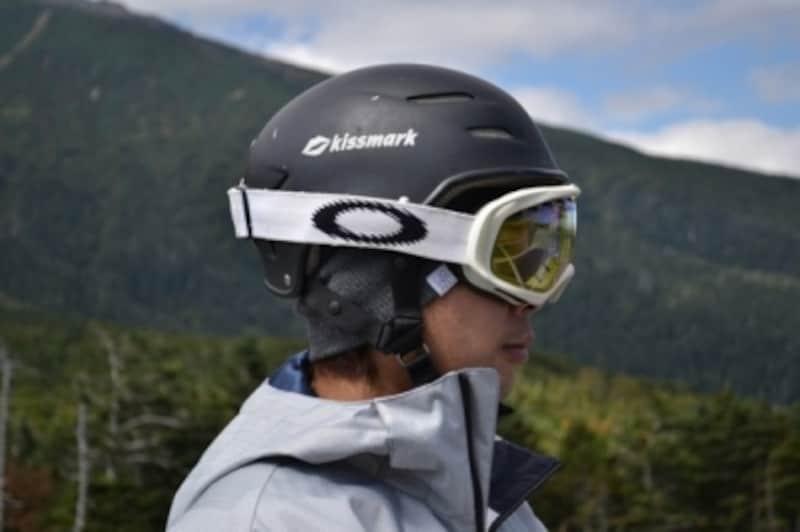 ヘルメットの外側にゴーグルを着用しています。