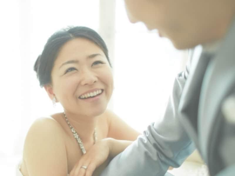 男性に微笑む女性