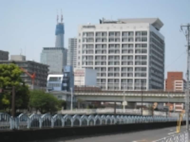 横十間川沿いにそびえる都立墨東病院。左手に見えているのが建設中の東京スカイツリー
