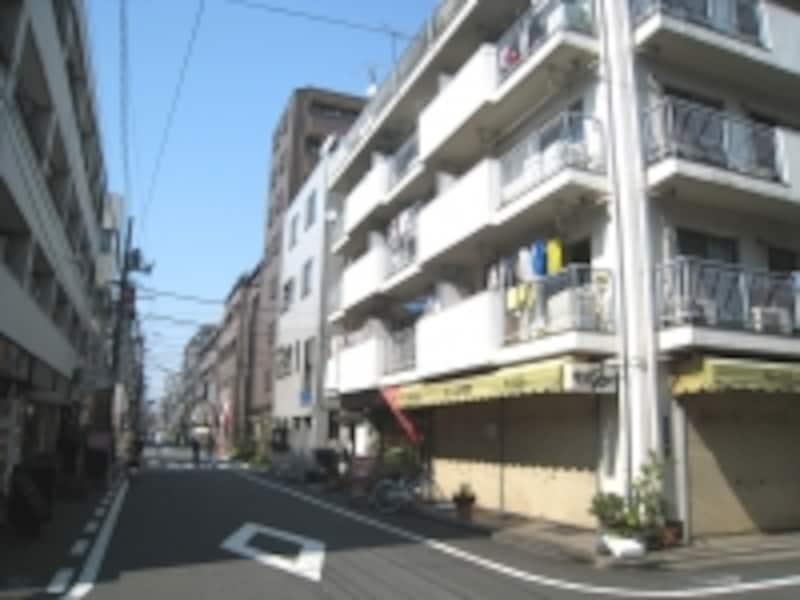 駅周辺では1階に飲食店や店舗、オフィスなどが入った建物が目に付いた