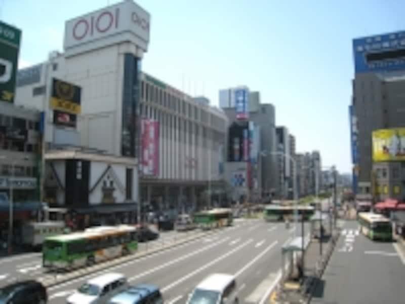 総武線と平行して、南口側を走る京葉道路。通り沿いにはマルイやオフィスビル、飲食店が並ぶ