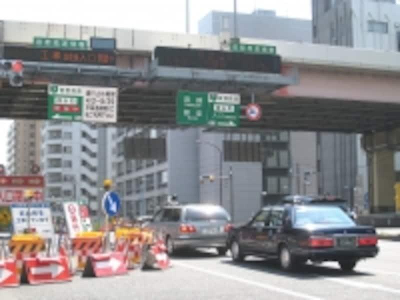 首都高速7号線はこのエリアでは堅川上を走っており、川沿いには緑道が設けられている