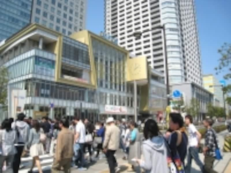再開発で生まれて商業施設オリナスとタワーマンション。休日ともなると周辺から多くの人が集まり、ごった返す