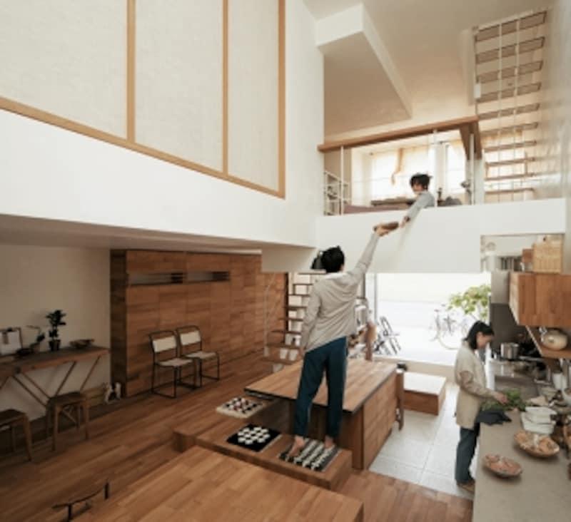 2階の床が下がることで1階と2階の距離が縮まり、吹抜けによって縦に空間がつながるので、家のどこにいてもそれとなく気配が伝わります