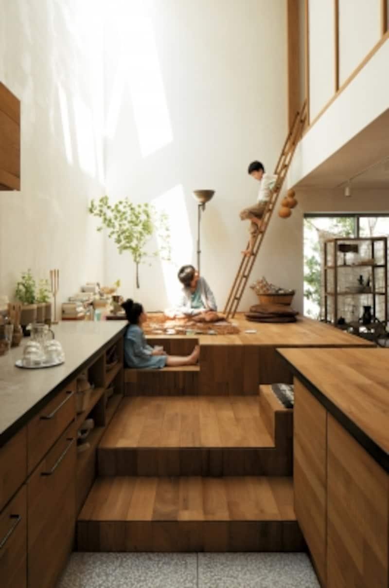 床の高さを自由に変化させることで、いくつもの居場所ができ上がります。床と天井の高低によって開放感のある場所に加え、「こもり感」のある落ち着きのスペースも
