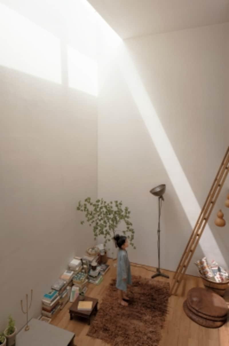 吹き抜けやトップライトを利用して上からの光を取り入れるようにすれば、1階でも明るく開放的なリビングをつくることができます