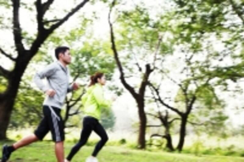 健康のために始めたランニングで膝を痛めてしまうのは避けたいもの。ランナーズニーへの対処法を考えます。