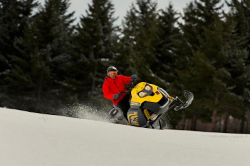 スノーモービル,雪,冬,ウィンタースポーツ,スキー,スノボ,雪山,ダイナミック,スポーツ,迫力,ゴーグル,ウェア,ドライブ