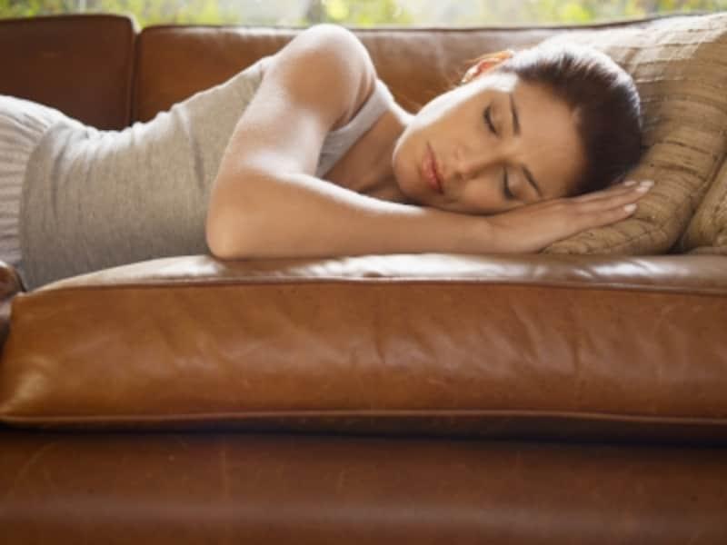 ソファで寝ている女性