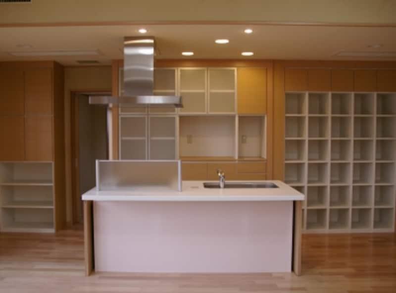 アイランドキッチンを採用した例。