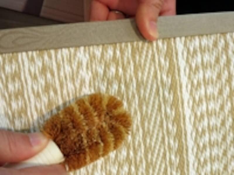 タワシでこすることで、細かい畳の目に詰まった汚れがキレイにかき出せる。