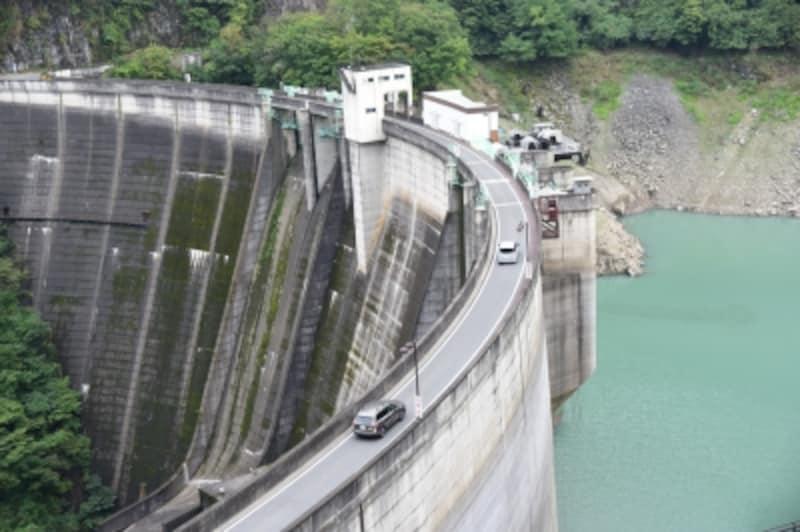 二瀬ダムの天端の上を走る県道