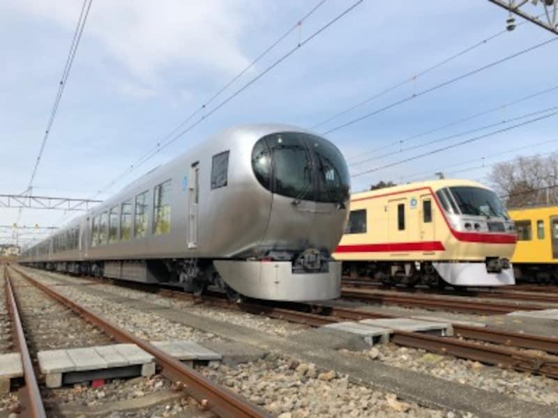 西武鉄道の新型特急「ラビュー」(左)と、お馴染みの「レッドアロー号」(右)