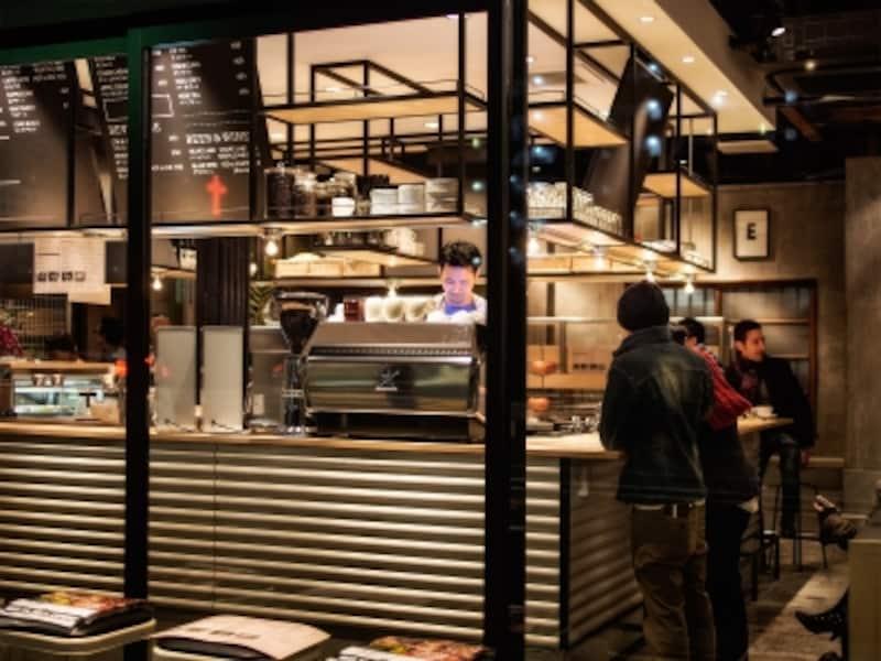 夕暮れどきの墨堤通りに明るい光を投げかけるスロージェットコーヒー