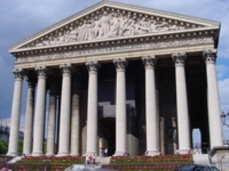 堂々とした佇まいのギリシャ神殿様式教会