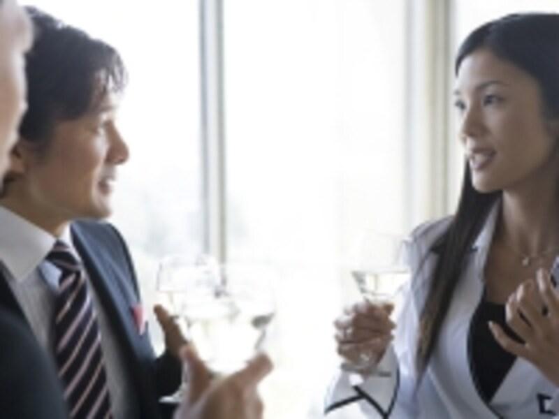 ワイン片手に話すアラフォー女性