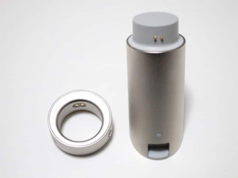 Ringと専用充電機。デザインは個性的。