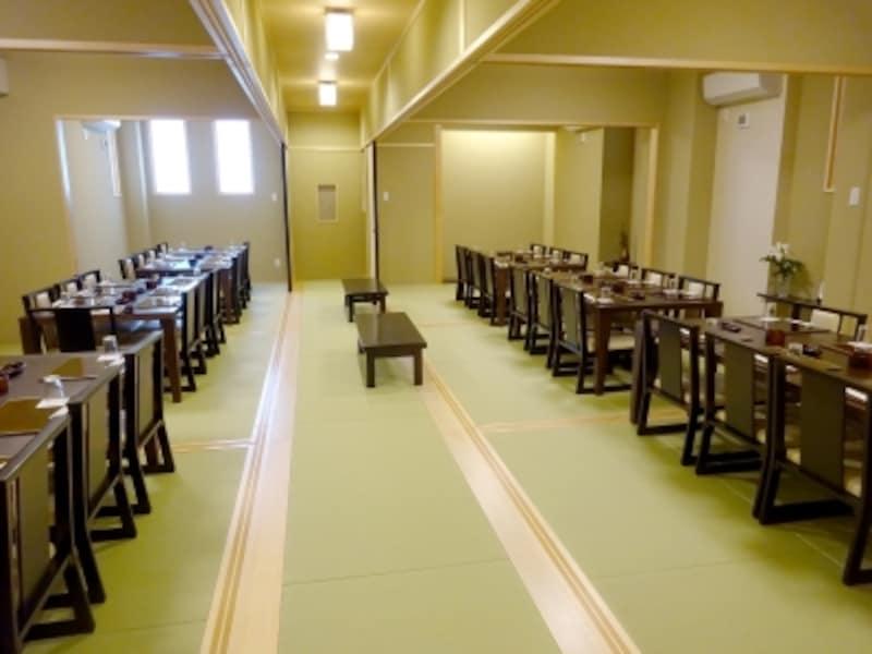 二階席は大人数から少人数まで対応できる、テーブルタイプの座敷席。