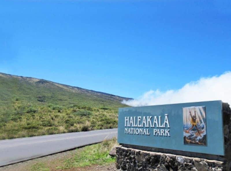ハレアカラ国立公園ゲートの看板。太陽を操る半神半人マウイが描かれている