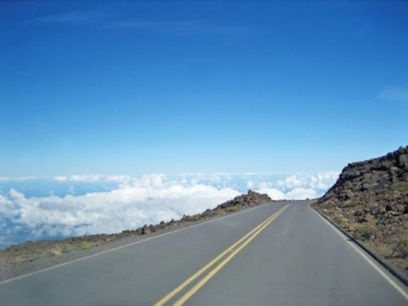 山頂へ続くハレアカラハイウェイ(378号線)。雲の上をドライブしているよう