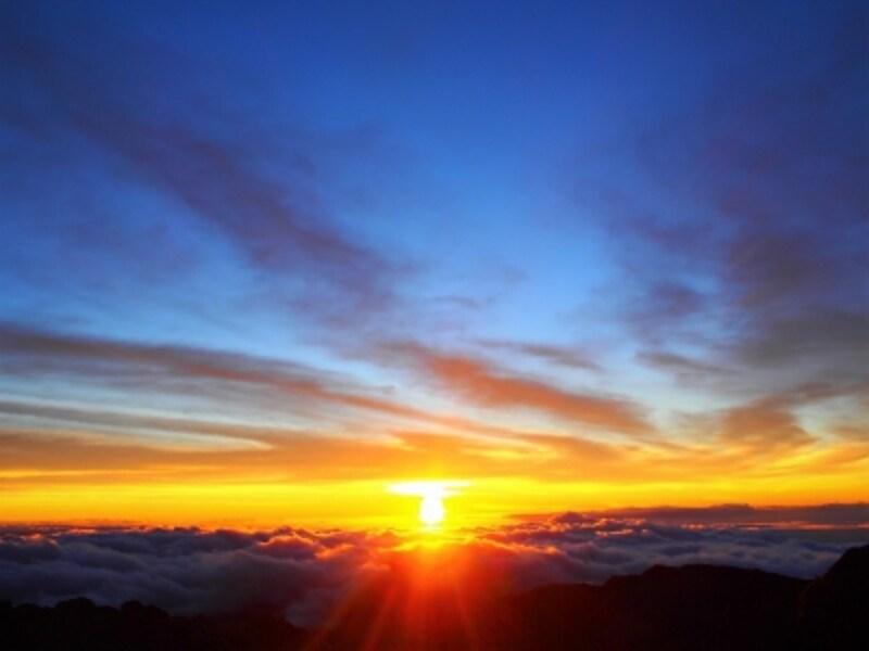 雲海をオレンジ色に染めるハレアカラのサンライズ