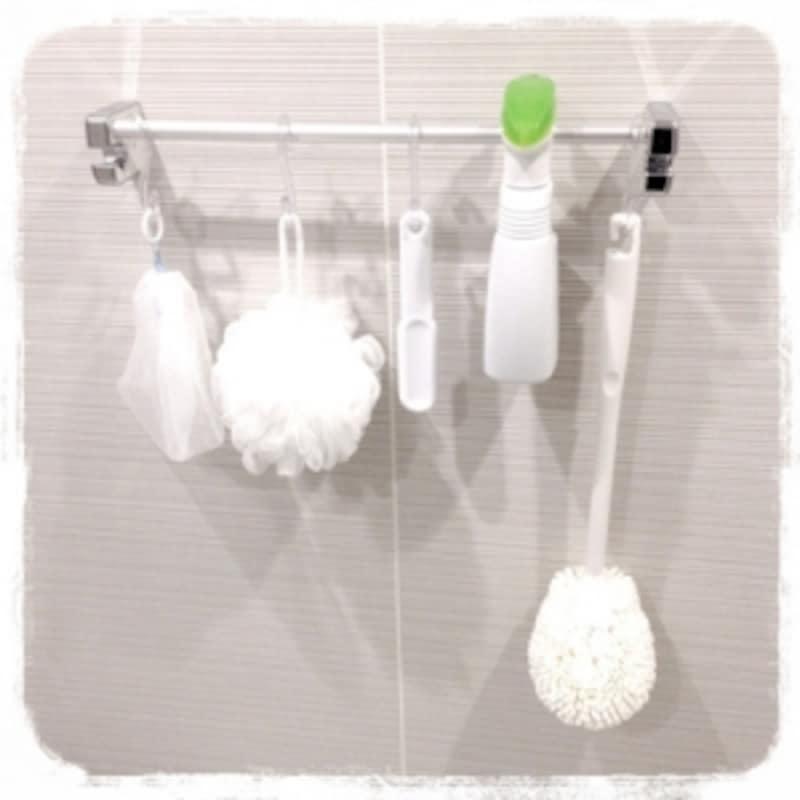 タオル掛けに掃除グッズをハンギング収納