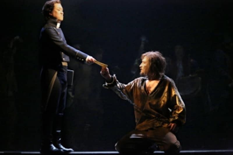 『レ・ミゼラブル』キム・ジュンヒョンさん演じるバルジャン(右)undefined写真提供:東宝演劇部
