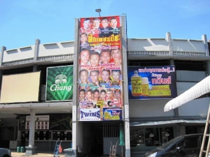 シーロム、スクンビット周辺に泊まっている人にとってアクセスのよい場所にあるルンピニボクシングスタジアム