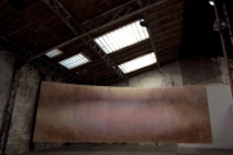 大舩真言《WAVE-infinite-》岩絵具・顔料・麻紙undefined253cm×750cm,2009(パリの工場跡地での展覧会風景)