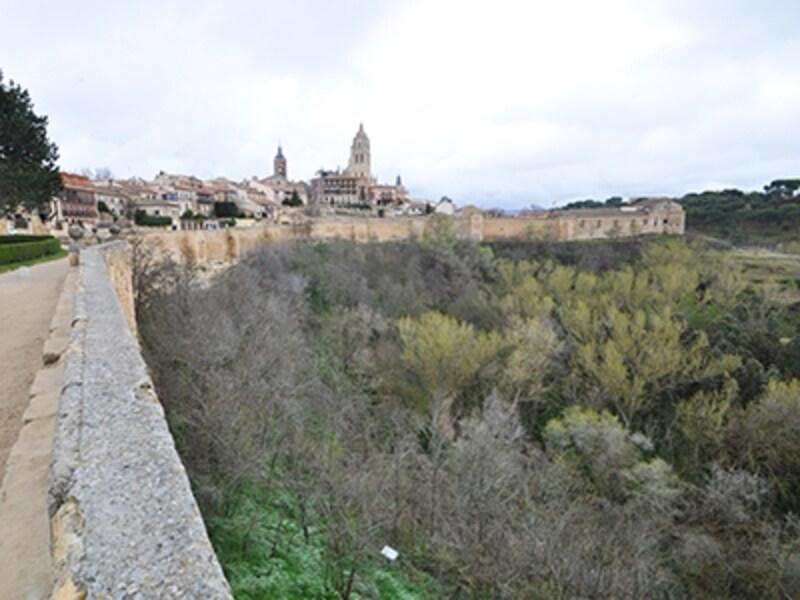 城壁に囲まれたセゴビア旧市街