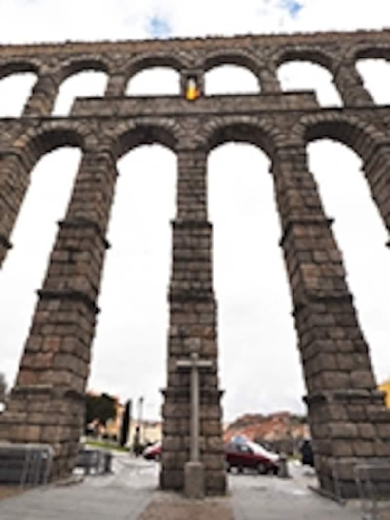 マリア像と十字架と水道橋
