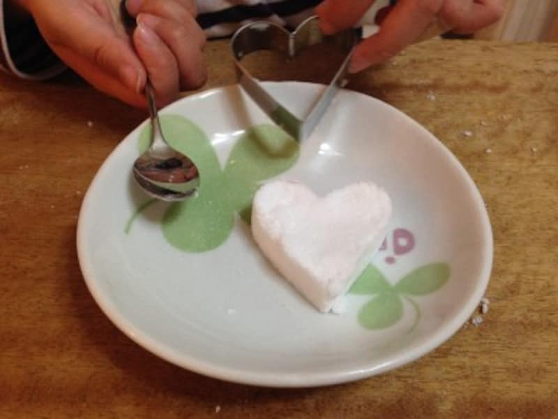 そっと型を上にあげましょう。抜けにくい場合はポンっと少し力を入れてお皿に落としてみましょう