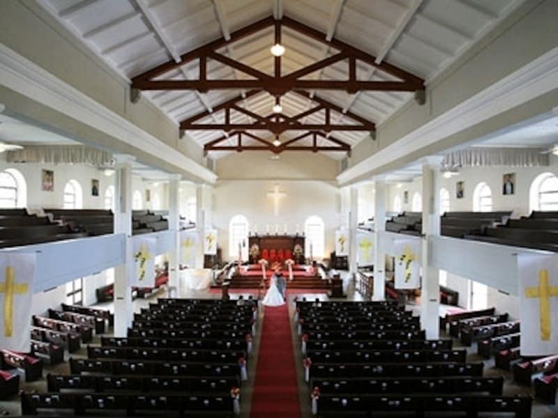 1842年カメハメハ三世により建造されたオアフ島最古のイギリス式教会、カワイアハオ教会。パイプオルガンが鳴り響くと、一気に厳粛なムードが漂う