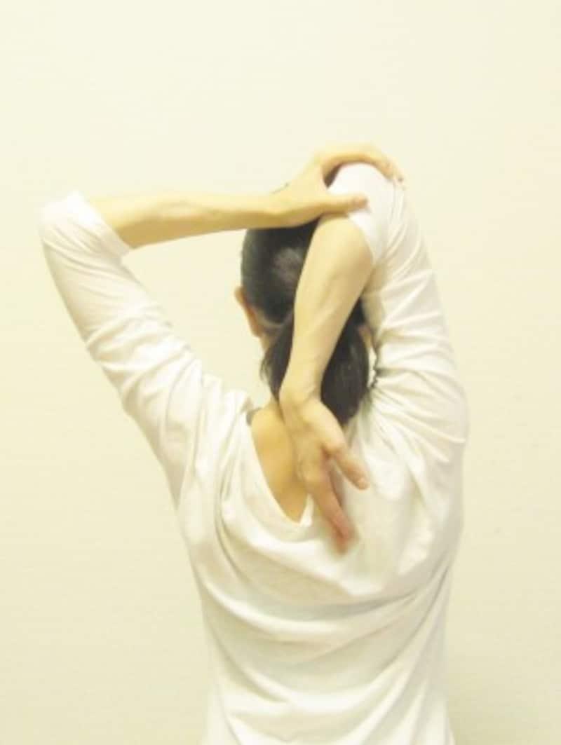 肘を床の方向に引くイメージで。