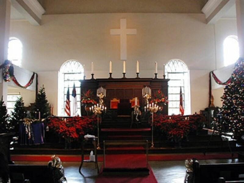 ホリデーシーズンには、真紅のポインセチアとツリーが祭壇に飾られ、さらに神聖で重厚な雰囲気のカワイアハオ教会