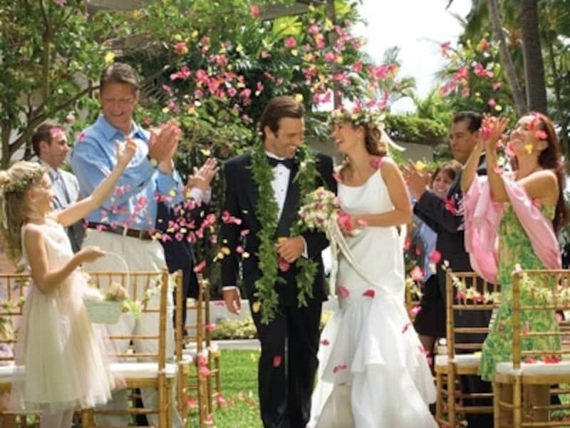 ハワイでは一般的なガーデンウエディング。友人が同じドレスを着て参列するのが人気のスタイルなのだそう(画像:ハレクラニ)