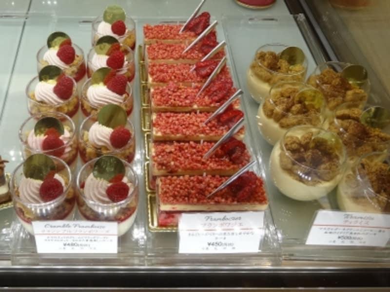 「エクラデジュール」には、グラス入りタイプのお菓子が複数並ぶ